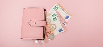Portfel z Euro walutą na Wibrującym Błękitnym tle Biznesowy pojęcie i Instagram Zdjęcia Royalty Free