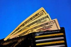 Portfel z pieniądze różni banknoty i karty, na błękitnym tle osobisty biurowy biurko zdjęcia royalty free