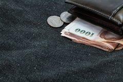 Portfel z pieniądze na torbach Zdjęcia Royalty Free