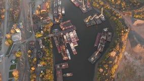 Portflodkranar som laddar skepp på pråmleveransen, solnedgång arkivfilmer