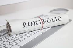 Portfolio geschrieben auf Zeitung stockfotos