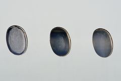 Porthål på flygplankabinen Arkivfoton