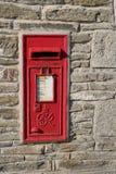 Porth Cornwall, UK - April 7 2018: ~Red brittisk Royal Mail stolpe Royaltyfri Foto