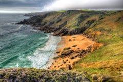 Porthchapel strand Cornwall England UK nära den Minack teatern i HDR Arkivfoton