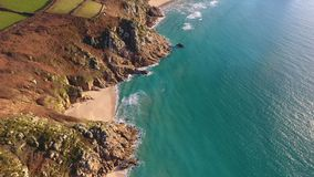 Porthcurno, spiaggia di Cornovaglia e linea costiera da sopra Fotografie Stock Libere da Diritti