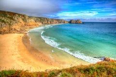 Porthcurno strand Cornwall England UK nära den Minack teatern I hdr Arkivfoton