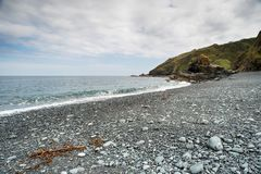 Porthkerris strand i Cornwall Arkivbilder