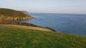 Porthlune-Bucht im Abstand Südwestküstenweg Süd-Cornwall Stockfotografie