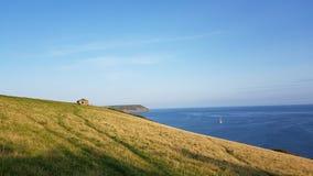 Porthlune-Bucht im Abstand Südwestküstenweg Süd-Cornwall Stockbild