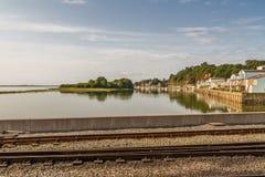 Porthmadog hamn med spår av den Ffestiniog järnvägen i förgrunden arkivfoto