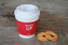 Porti via il caffè ed i biscotti sulla tavola Fotografie Stock