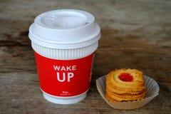 Porti via il caffè ed i biscotti sulla tavola Immagini Stock Libere da Diritti