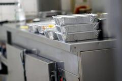 Porti via l'alimento in scatole della stagnola nella cucina cinese del ristorante Fotografia Stock Libera da Diritti