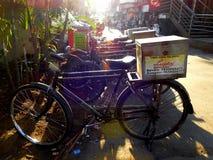 Porti via le bici nei piccoli vicoli di Mumbai, Bandra Immagini Stock