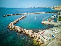 Porticciolo con le piccole barche sulla costa sul lungonmare di Taranto in Italia fotografie stock libere da diritti