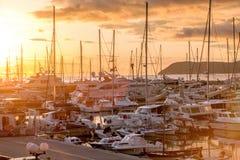 Porticciolo dell'yacht al tramonto. Il Montenegro. Fotografia Stock