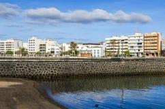 Porticciolo della La di Avenida di lungomare e un padiglione scolpito del centro di informazione turistica a Arrecife, Spagna immagini stock