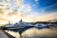 Porticciolo di lusso dell'yacht Porto in mar Mediterraneo al tramonto Fotografie Stock