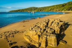 Porticciolo diciassette settanta e spiaggia nel Queensland, Australia fotografie stock