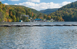 Porticciolo e case urbane sul lago Morgantown cheat Immagine Stock