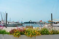 Porticciolo italiano con la barca a vela e gli uccelli fotografia stock