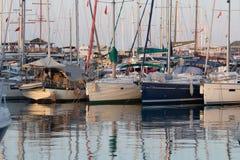 Porticciolo per gli yacht in Turchia, centro urbano del ` s di Kemer, al tramonto, al mare ed agli yacht nel porticciolo Porticci Fotografia Stock