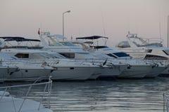 Porticciolo per gli yacht in Turchia, centro urbano del ` s di Kemer, al tramonto, al mare ed agli yacht nel porticciolo Porticci Fotografie Stock
