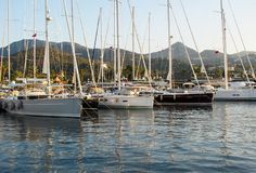 Porticciolo pittoresco con le barche a vela e le barche su fondo delle montagne Yalikavak Turchia immagini stock