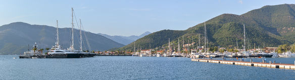 Porticciolo Teodo di panorama con gli yacht e le barche fotografie stock libere da diritti