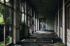 Portico abbandonato con le porte & Windows schermato - sanatorio abbandonato di tubercolosi - il New Jersey fotografie stock