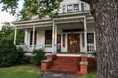 Portico anteriore di una casa nel distretto storico del ` s di Prattville fotografia stock libera da diritti