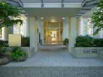 Portico anteriore e entrata principale di edificio residenziale fotografia stock libera da diritti