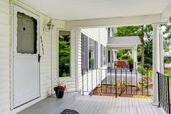 Casa americana classica vista del portico dell 39 entrata for Aggiornare le colonne del portico