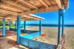 Portico di legno dalla riva in Sardegna Fotografia Stock Libera da Diritti