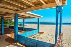 Portico di legno dalla riva in Sardegna Fotografia Stock