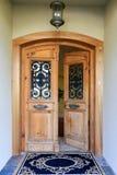 Portico di lusso dell'entrata della casa con la porta aperta Immagine Stock