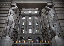 Portico med Atlant statyer. St Petersburg Ryssland Arkivfoton