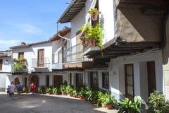 Porticoed hus Guadalupe för gammal stad Caceres Extremadura, Spanien Fotografering för Bildbyråer