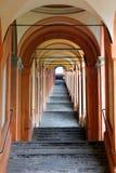 Portiek die van Bologna tot het Heiligdom van Madonna Di San Luca leiden stock foto