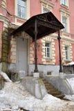 Portiek met metaalluifel van de oude bouw, Moskou, Rusland royalty-vrije stock afbeelding