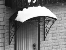 Portiek onder de sneeuw, retro stijl stock foto's