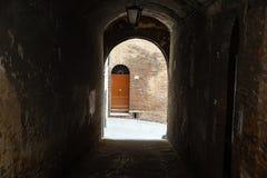 portiek Passage in de binnenplaats van een oud huis in het historische kwart van de stad royalty-vrije stock fotografie