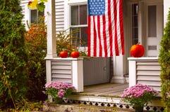 Portiek van een blokhuis voor Halloween en de Amerikaanse vlag wordt verfraaid die stock foto's