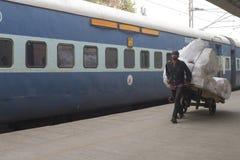Portier bij het station van New Delhi Stock Foto