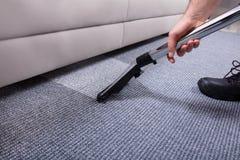 Portier Cleaning Carpet royalty-vrije stock afbeeldingen