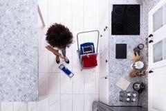 Portier Cleaning The Floor met Zwabber royalty-vrije stock afbeelding