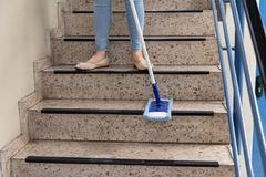 Portier Cleaning Staircase royalty-vrije stock afbeeldingen
