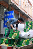 Portier déplaçant la brasserie de Tsing-Tao image libre de droits