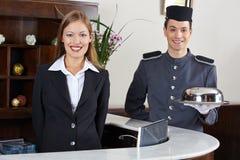 Portier en receptionnist in hotel Stock Foto