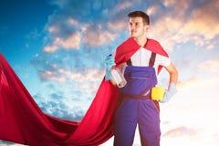 Portier Holding Cleaning Equipments tegen Bewolkte Hemel stock afbeelding